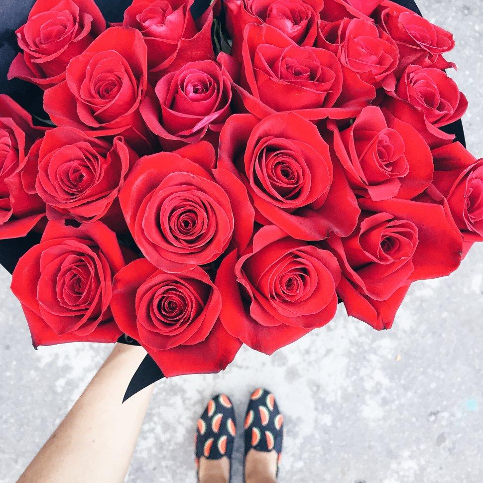 Букет из 25 шт. красных роз в черном крафте FloraDelivery